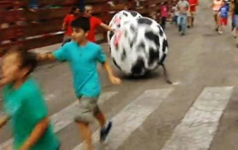Δείτε με τι αντικατέστησαν τους ταύρους στο ισπανικό έθιμο! (videos)