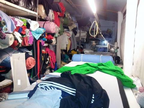 Αττική: Εντοπίστηκε παράνομο εγαστήριο κατασκευής ρούχων στο Χαϊδάρι