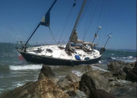 Νέα Μουδανιά: Σκάφος αναψυχής έπεσε πάνω στα βράχια