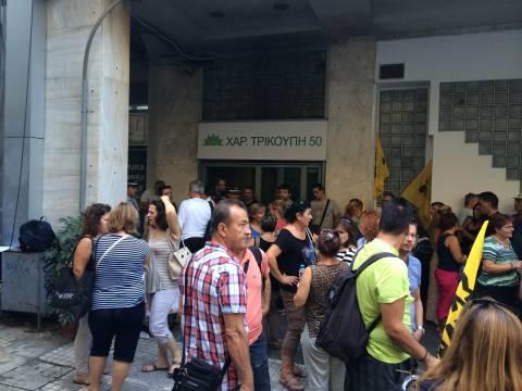 Σχολικοί φύλακες: Επέστρεψαν στα γραφεία του ΠΑΣΟΚ-Επιμένουν να δουν τον Βενιζέλο