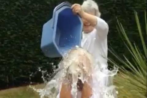 Βρετανία: Παραλίγο να σπάσει το λαιμό της από «Ice Bucket Challenge»! (video)