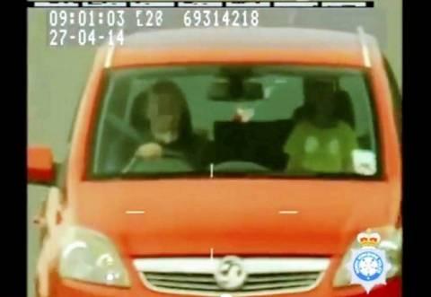 Παππούς οδηγεί με υπερβολική ταχύτητα ενώ δίπλα είναι ο εγγονός του! (pics)