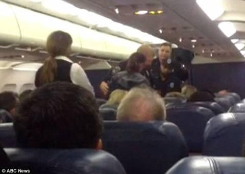 Συνελήφθη στο αεροπλάνο γιατί... έπλεκε! (pics+video)