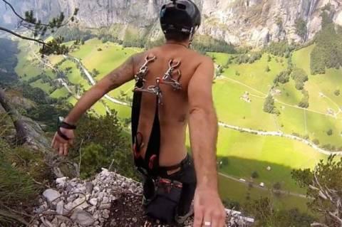 Ελβετία: Ρώσος πήδηξε με αλεξίπτωτο γαντζωμένο στην πλάτη του! (vid+pics)