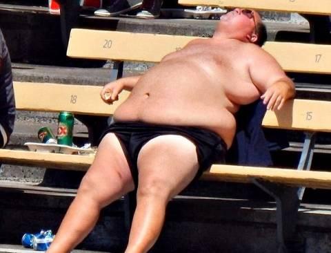 Έκανε ημίγυμνος ηλιοθεραπεία στις εξέδρες και έγινε... σταρ! (pics)