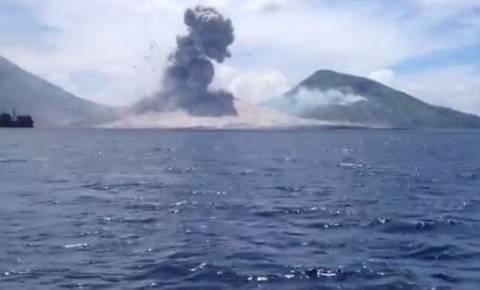 Μοναδικό βίντεο: Τουρίστας καταγράφει έκρηξη ηφαιστείου στην κάμερα