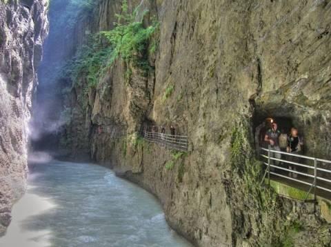 Ελβετία: Το εντυπωσιακό μονοπάτι μέσα από τα βράχια