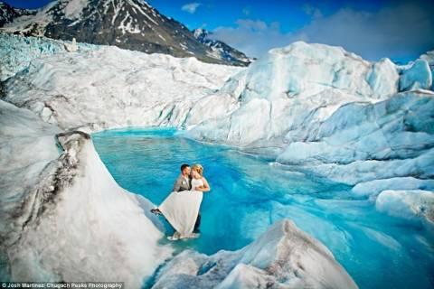 Αλάσκα: Γάμος σε παγόβουνο! (pics)