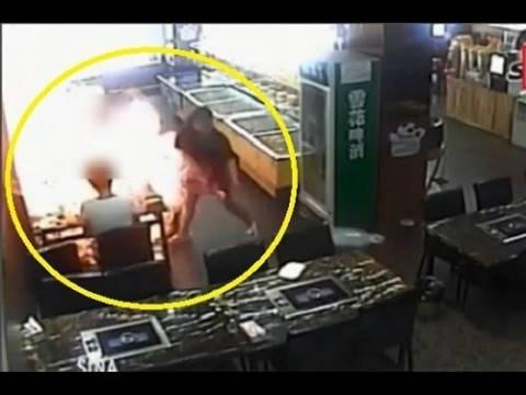 Κινέζα τυλίχθηκε στις φλόγες από απερισκεψία σερβιτόρας! (vid)