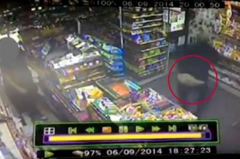 Ληστής της συμφοράς: Του έπεσαν τα λεφτά και τα παντελόνια! (βίντεο)
