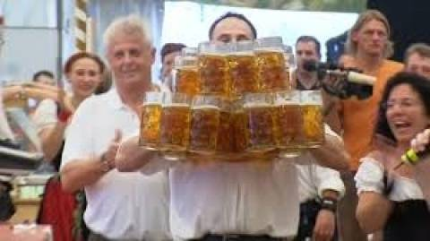 Σερβιτόρος σηκώνει σχεδόν 30 ποτήρια... μπύρα!