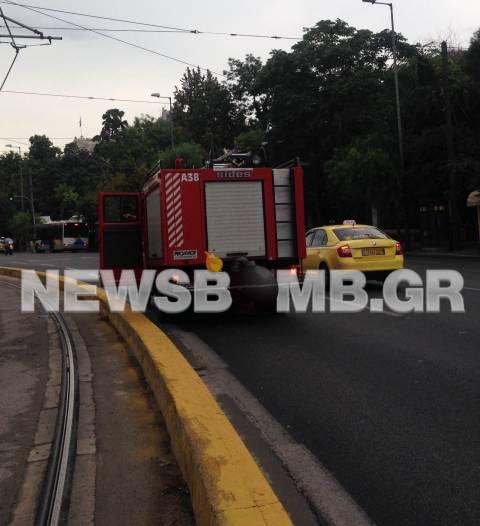 Σύγκρουση τραμ με ταξί στο Σύνταγμα (pics)