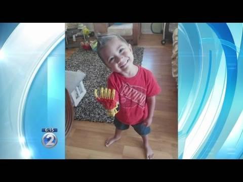 Αγόρι που γεννήθηκε χωρίς δάχτυλα, αποκτά το χέρι του Iron man (pics+video)
