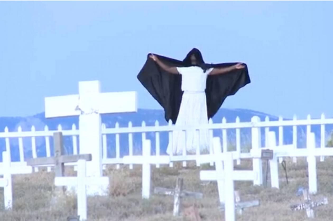 ΗΠΑ: Μυστηριώδης φιγούρα σκορπά τρόμο στα νεκροταφεία! (videos)