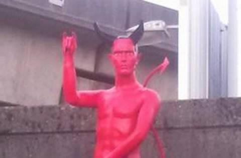 Μυστήριο άγαλμα του... Σατανά προκαλεί σάλο στο διαδίκτυο (pics)