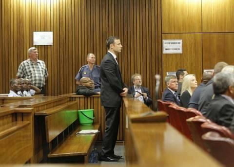Δίκη Πιστόριους: Με δάκρυα στα μάτια ακούει την ετυμηγορία