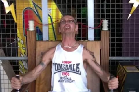 Βρετανός δοκίμασε ηλεκτρική καρέκλα! (video)
