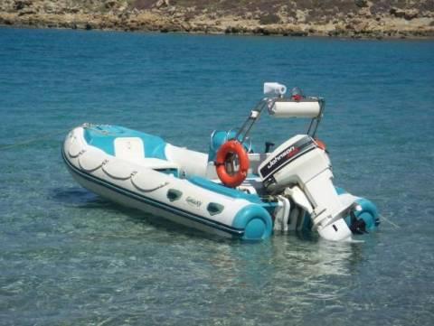 Μύκονος: Φουσκωτό σκάφος «προσγειώθηκε» πάνω στα βράχια (pic)