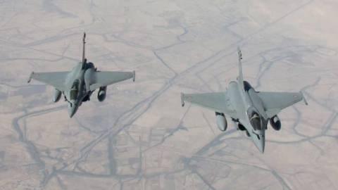 Βίντεο: Η στιγμή που γαλλικό μαχητικό βομβαρδίζει θέσεις των τζιχαντιστών