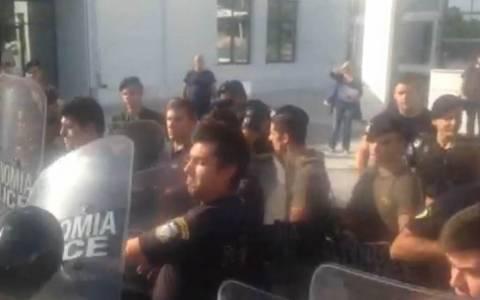 Αντιεξουσιαστές προπηλάκισαν τους δύο χρυσαυγίτες (pics)