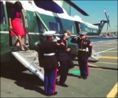 Σάλος: Ο Ομπάμα χαιρέτησε πεζοναύτη με έναν καφέ στο χέρι (vid)