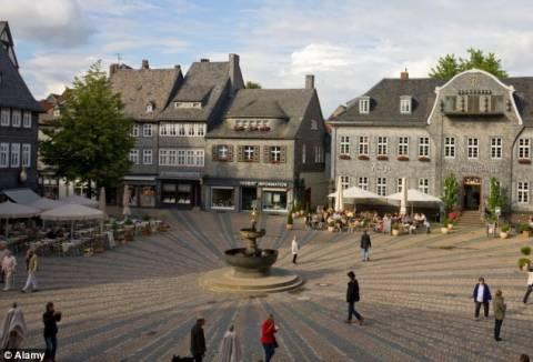 Γερμανοί χτίστες έφτιαξαν μια σβάστικα κατά λάθος (pics)