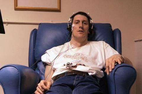 Βρετανός τινάζεται κάθε φορά που ακούει θόρυβο! (vid+pics)
