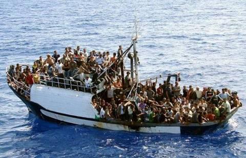Οι πρώτες φωτογραφίες από το πλοιάριο που μεταφέρει τους μετανάστες