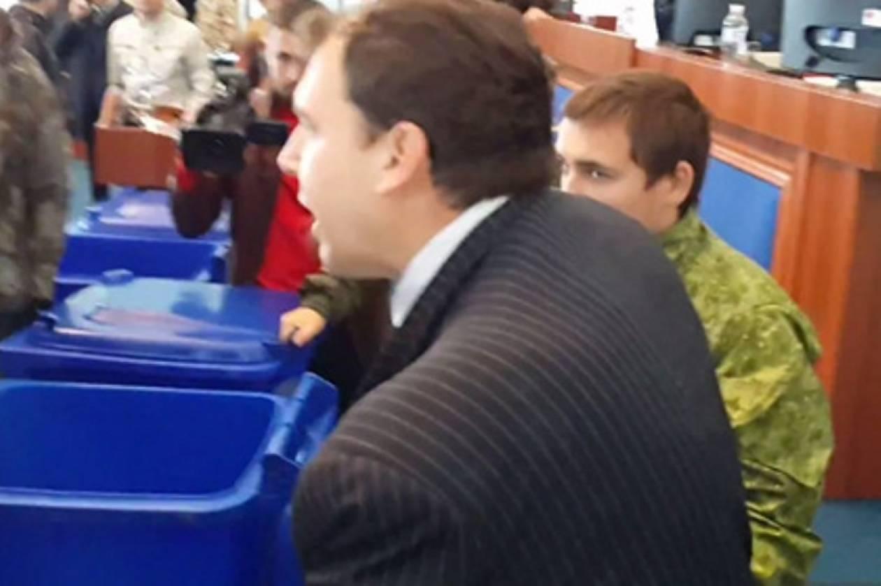 Ουκρανία: «Πέταξαν» βουλευτές σε κάδους απορριμμάτων (vids)