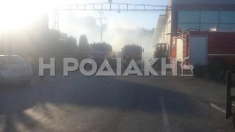 Ρόδος: Υπό έλεγχο η φωτιά - Στο νοσοκομείο με αναπνευστικά δύο πυροσβέστες