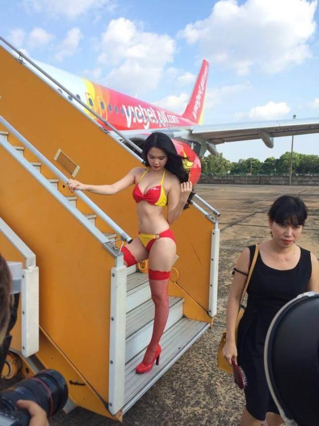 Αεροσυνοδοί διαφημίζουν την εταιρεία τους φορώντας... μπικίνι (pics)