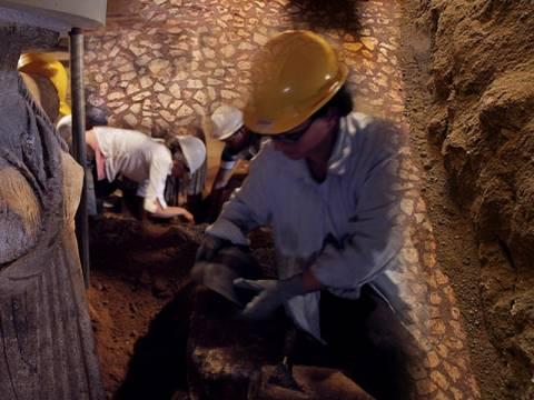 Αμφίπολη: Στο φως ένα υπέροχο δάπεδο στον πρώτο θάλαμο
