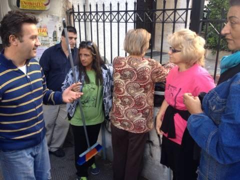 Αιφνιδιαστικά στη ΔΟΥ Γαλατσίου οι απολυμένες καθαρίστριες του ΥΠΟΙΚ (pics)