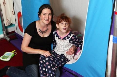 Σοκ: Παιδί με ειδικές ανάγκες κοιμάται σε κλουβί (pics)