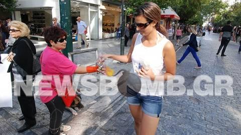 Απολυμένες καθαρίστριες του ΥΠΟΙΚ μοιράζουν καραμέλες ενόψει Τρόικα (pic)