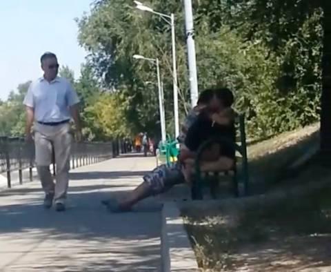 Ζευγάρι πιάστηκε να κάνει σεξ σε... παγκάκι (απαγορευμένο βίντεο)