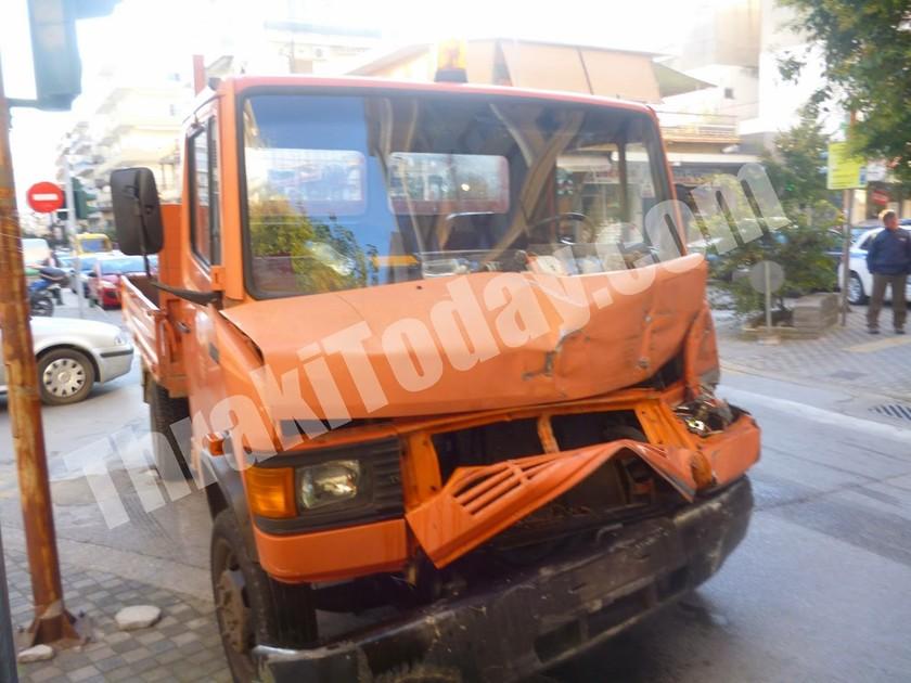 Ξάνθη: Σε τροχαίο ενεπλάκη φορτηγάκι του Δήμου (vid+pics)
