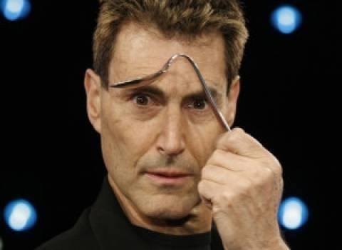 iPhone 6: Ο Γιούρι Γκέλερ... ξέρει γιατί λυγίζει!