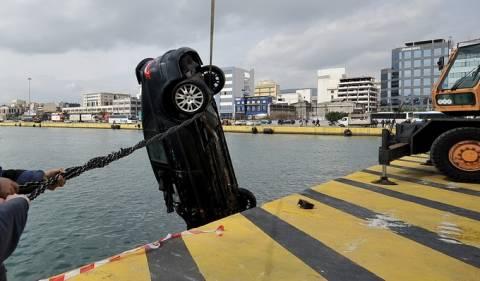 Όχημα έκανε... βουτιά στη θάλασσα στο λιμάνι του Πειραιά