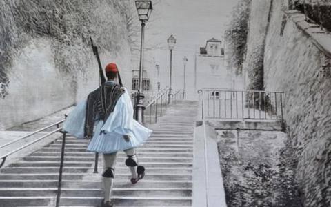Ένας τσολιάς ανεβαίνει τα σκαλοπάτια της Μονμάρτης!