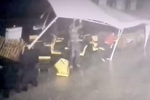 Ρωσία: Θυελλώδης άνεμος τον πήρε και τον σήκωσε! (vid)