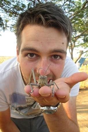 Πήγε ταξίδι και έφερε 100... αυγά εντόμων στο πόδι του! (σκληρές εικόνες)