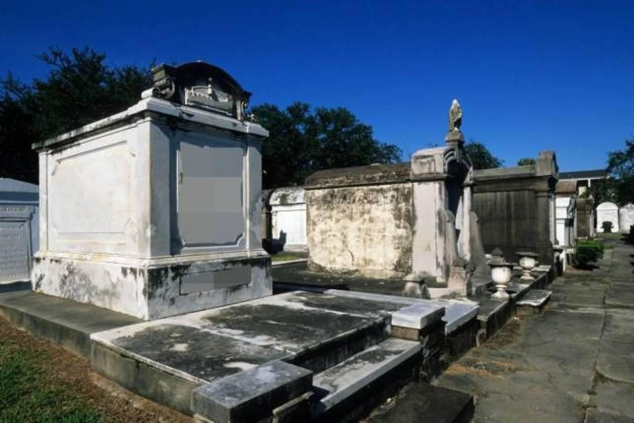 Άνοιξε τον τάφο του πατέρα της για να βρει τη διαθήκη!