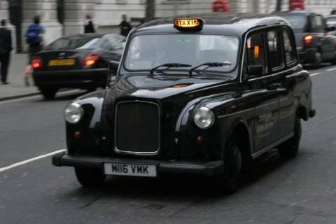 Βρετανία: Αφηρημένοι πελάτες ξεχνούν 190.000 κινητά το χρόνο στα ταξί!