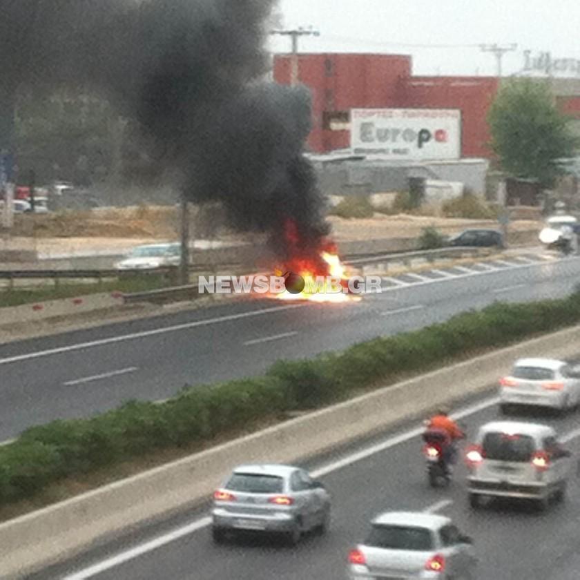 Στις φλόγες αυτοκίνητο στον κόμβο Λυκόβρυσης (pics)