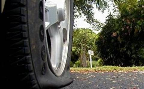 Κρήτη: Άνδρας εκτός ελέγχου έσκιζε τα λάστιχα αυτοκινήτων (Pics)