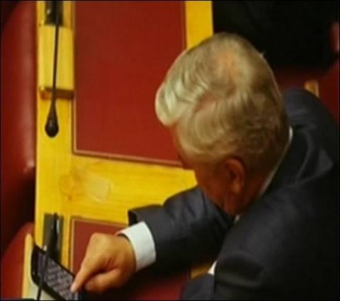 Βουλευτής της ΝΔ παίζει σκάκι στη Βουλή!
