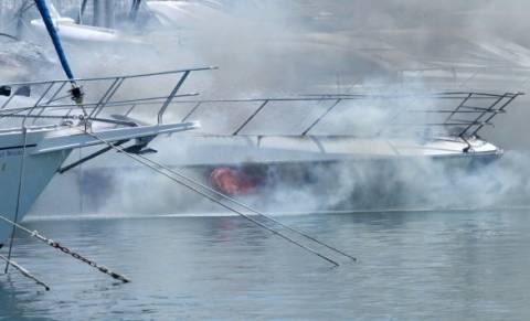 Κυκλάδες: Στις φλόγες ιστιοφόρο σκάφος στη Σύρο