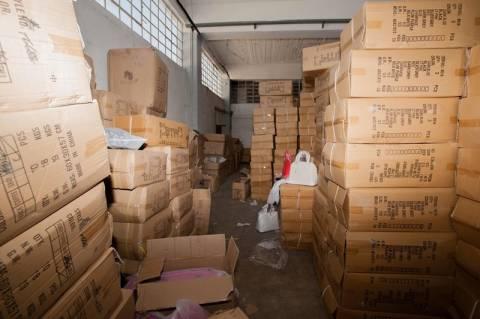 Επιχείρηση «Θησέας»: Εντοπίστηκε κατάστημα με χιλιάδες απομιμητικά προϊόντα (pics)