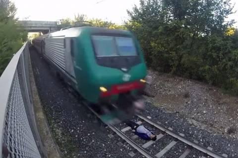 Ιταλός προκάλεσε το… Χάρο ξαπλώνοντας στις γραμμές τρένου (vid)